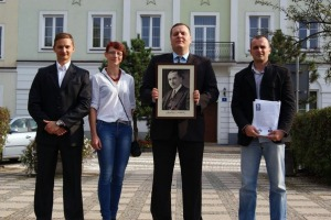 Andrzej Bojarski (trzymający obraz Romana Dmowskiego) z członkami Narodowej Ostrołęki